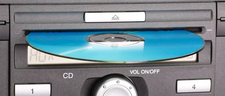 halb eingelegte CD in einem Autoradio