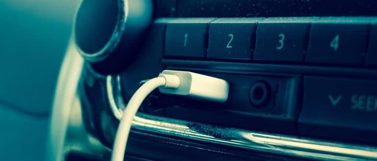 USB-Kabel steckt in Autoradio