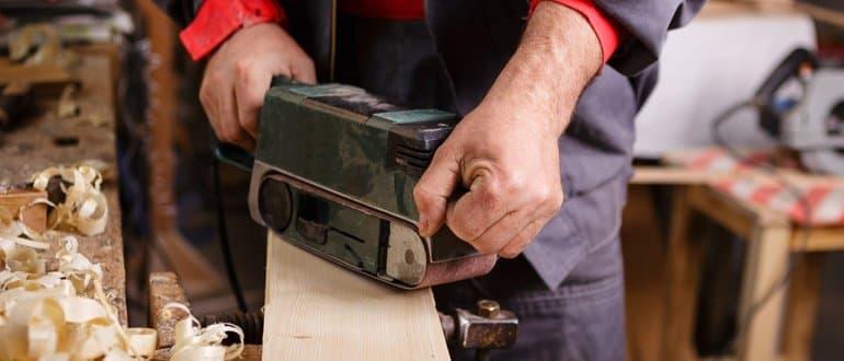Bandschleifer Holz-Balken bearbeiten
