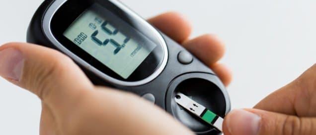 Ein Blutzuckermessgerät, das 5,9 mmol/l anzeigt.