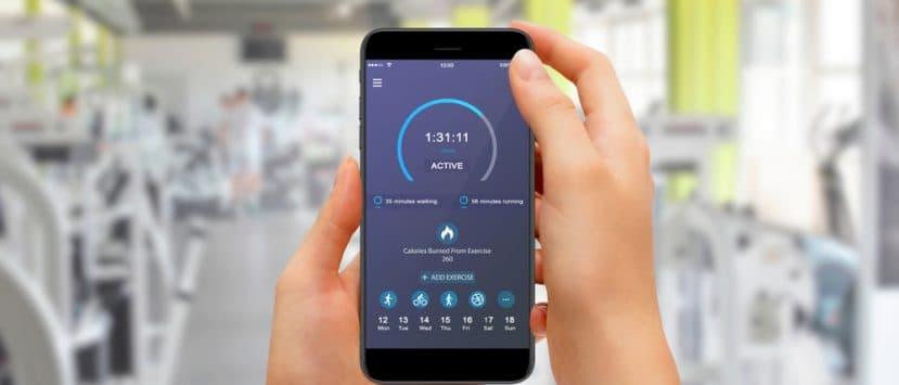 Eine Schrittzähler App wird auch als Fitness Tracker bezeichnet. Auf einem Bildschirm sieht man alle Werte und Schritte.
