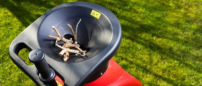 Gartenhäcksler mit Ästen und Stopfer