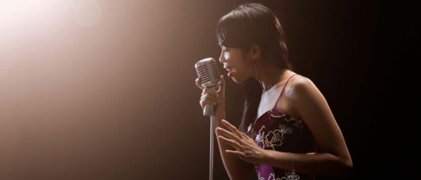 mikrofon-sängerin