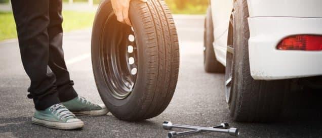 Der Reifenwechsel kann ohne einen Wagenheber sehr teuer werden.