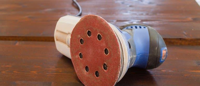 Auf der Seite liegender Exzenterschleider mit 125-mm-Schleifteller