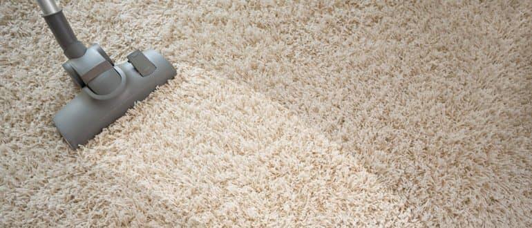 beutelloser Staubsauger reinigt Teppichboden