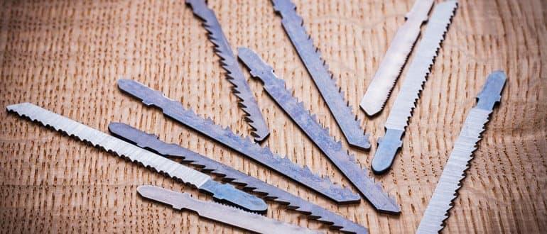 Verschiedene Sägeblätter für die Stichsäge auf einem Holztisch