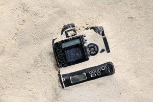unterwasserkamera-in-sand-verschluckt