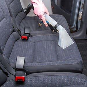 Waschsauger wird zur Reinigung von Autositzen verwendet.