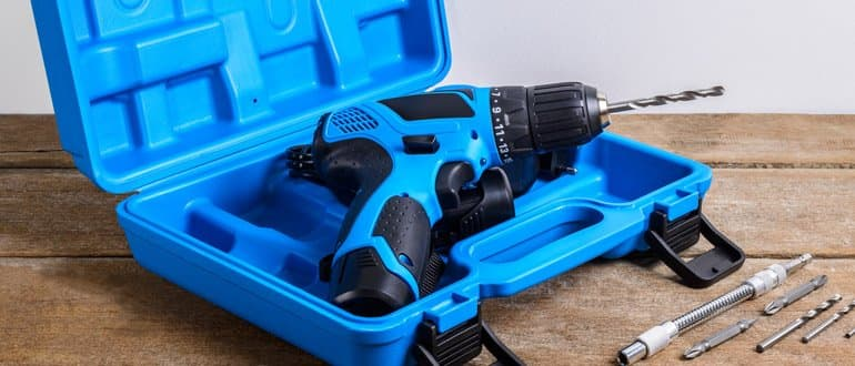 geöffneter Werkzeugkoffer mit Akkubohrer
