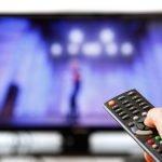 65-Zoll-TV und Fernbedienung