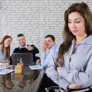 junge Frau, deren Kollegen Sie mobben, weshalb sie eine Arbeitsrechtsschutzversicherung benötigt