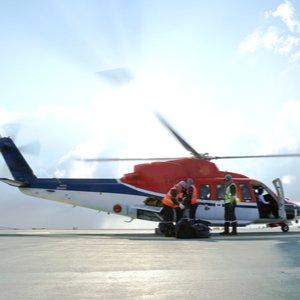 Hubschrauber, der Urlauber dank Auslandskrankenversicherung in Heimatland zurückbringt