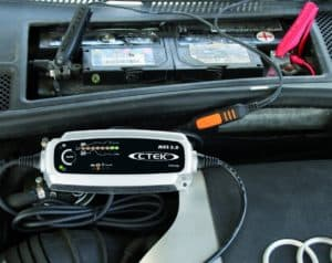 Autobatterie-Ladegerät mit Starthilfe