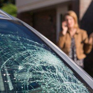 Frau, die wegen Glasbruch an Ihrem Auto Autoversicherung anruft