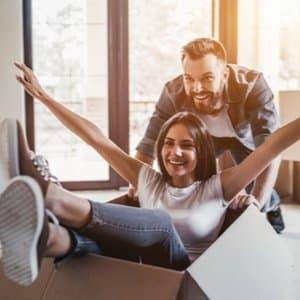 junges Paar, das dank Baufinanzierung in ein neues Eigenheim einzieht