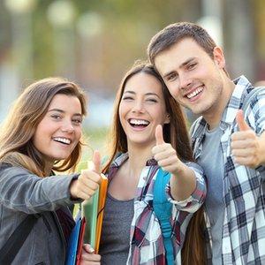 Drei Studenten, die eine Berufsunfähigkeitsversicherung abgeschlossen haben