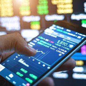 Depot-App vor mehreren Trader-Bildschirmen