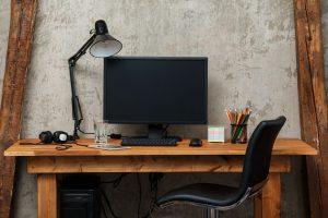 Schreibtisch mit Desktop-PC
