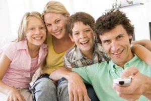 Familie vor 65-Zoll-Fernseher
