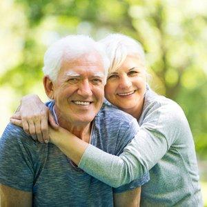älteres Ehepaar, das dank Fondssparplan eine kleine Zusatzpension genießt