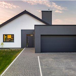 Haus und Garage, die beide durch Gebäudeversicherung abgesichert sind