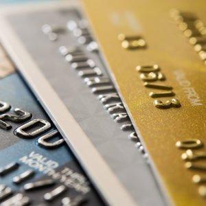 Drei Kreditkarten eines Geschäftskontos, die übereinander liegen