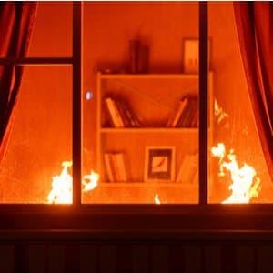 Blick durch ein Fenster in Haus, in dem Feuer brennt
