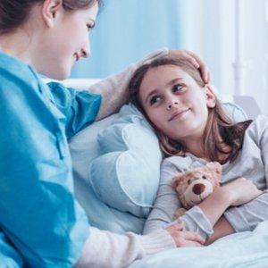 Kind, dessen Mutter dank Krankenzusatzversicherung in Krankenhaus bleiben darf