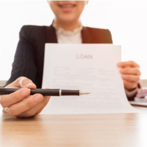 Frau, die Antrag für Kredit ohne Schufa Prüfung unterschreiben lassen möchte