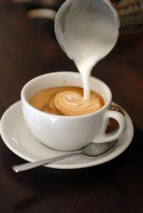 capuccino und latte macchiato milchschaum
