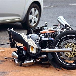 Motorrad, das auf Straße liegt und dessen Schaden durch Motorradversicherung abgedeckt ist