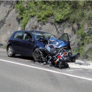 Zusammenstoß zwischen Auto und Motorrad, wobei entstandener Schaden durch Motorradversicherung beglichen wird