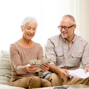 älteres Ehepaar, das dank privater Rentenversicherung auch im Alter abgesichert ist