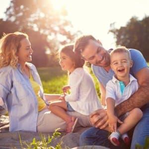 Familie in einem Park, die gemeinsame Rechtsschutzversicherung abgeschlossen hat