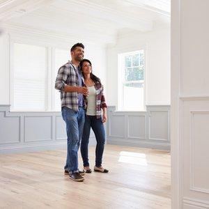 junges Paar, dass dank Riester-Renten-Wohnriester in neuem Eigenheim steht