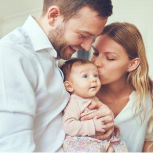 junge Familie mit Baby, die Risikolebensversicherung abgeschlossen hat