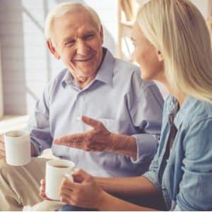 älterer Mann, der sich mit seiner Tochter über Rürup-Rente unterhält