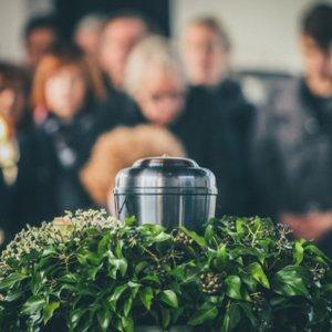 Begräbnis mit Urne, das durch Sterbegeldversicherung finanziert wurde