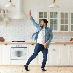 Junger Mann, der sich über neue, dank Tagesgeld finanzierte, Küche freut