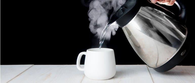 Wasserkocher mit Tasse Tee